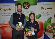 Erik Lee and Deidre Smyrnos with Viva Tierra Organic proudly show pouch bags with organic kiwi fruit from Italy and Pink Lady apples from Washington state.