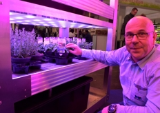 Koen Vangorp with Mechatronix, showing the CoolGrow VF. This solution offers growers a way to do flexible LED-research in an affordable way.