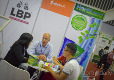 As part of the expansion of its activities in East Asia, HortiLand took part in the HortEx Vietnam 22019. In the photo Stan Fijnaut with Hortiland explains to growers about the fertilisers the company offers.