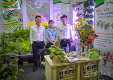 The team with Thuoc Duong Hoa Tuoi presented solutions to endure the life of cut flowers.