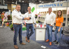Marco Wilschut & Jorg Swagemakers with Van Krimpen are showing the new water cup to Martin & Kim Stolze with Martin Stolze.