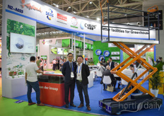 The Chinese company Carlos helps growers with various greenhouse solutions and made sure on their stand were the right professionals to inform growers on the products. On the left mr Louis Zhang with Carlos, on the right Mao Liu with Van der Knaap.