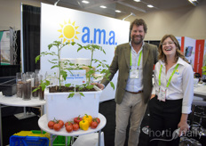 Even though tomatoes are not his specialty, Eric Boot can take a photo with Elise Johnson with AMA Horticulture, showing their 60 litre growing container suitable for organic growing. Read all about it here: https://www.hortidaily.com/article/9151594/new-growing-container-for-indoor-organic-vegetables/
