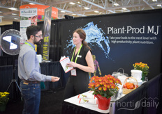 Laura Barbison with Plant Prod MJ explaining to a visitor how nutrition can improve the plant