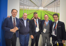 In the Italian hall, Pati's team meets the greenhouse builders of Lucchini and they are photographed with the one and only Don Mario of Palermo, who visits the fair on behalf of Guarniflon.