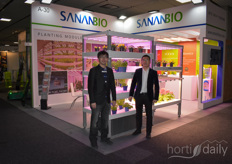 The lamps from SananBio. Reinier Donkersloot has joined the company in Europe, but was just at the moment of the picture walking around. Now in the photo Kido Wu & Ma Jian.