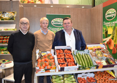 Geert Vilez, Olivier and Guy De Meyer of Demargro. Because of the mild temperatures this winter, the sales of winter vegetables are a bit disappointing. For strawberries the past year was very good.