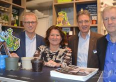 Kees Wagu, Miriam Kolen, Wouter Zieck and Geert Van de Voorde van Desch Plantpak with in the foreground pots made of various materials, in which currently the blue pot, made of post consumer recycled plastic, gets extra attention in the market.