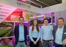 Ronald Thijssen (Maurice Kassenbouw), Lizan Verbong, Niels Jacobs and Renvan Haeff (Light4Food) traditionally worked together at the fair. Light4Food has had its own machine division since 2018, with which it has developed fully mechanised growing systems.  https://www.hortidaily.com/article/9186686/light4food-has-everything-in-order-with-mechanized-cultivation-system/
