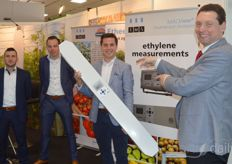 Kees Gunter, Peterjan Goedegebuure, Jurian de Graaf and Jan-Kees Boerman of EMS liked to take pictures with the Gas Analyser III, which is being discovered by more and more growers.  https://www.hortidaily.com/article/9180211/proper-use-and-control-of-nox-in-greenhouse-can-increase-yield/