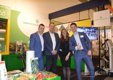 On the stand at the Oerlemans Packaging Group, cucumbers in biodegradable cucumber shrink film were shown. In the photo: Henri van Hemert (Oerlemans Plastics), Rob de Leeuw and Ellen Schreur (Perfon) and Piet van den Oord (Oerlemans Plastics).
