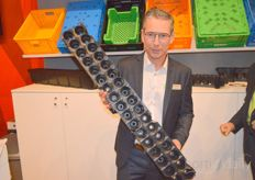 Jerry Arkensteijn van Beekenkamp Packaging with the new 34 hole miniplug tray. This tray can be used for strawberry and raspberry cultivation.