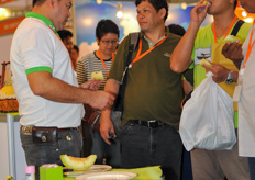 Product Development Manager Apinun Uppabunlung from Rijk Zwaan introduced the Emerald 240 Melon to Asian growers.The melon distinguish itself by the premium quality and long shelf life, which is something new on the Asian market. The melon can be grown in both greenhouse and open field.