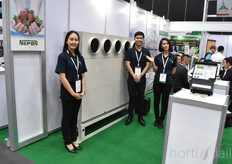 Nepon offers climate control systems (including options for air conditioning) to greenhouse growers. In the photo Premy Udha Klaewkla & Ravin Mongkonlerdpanich.